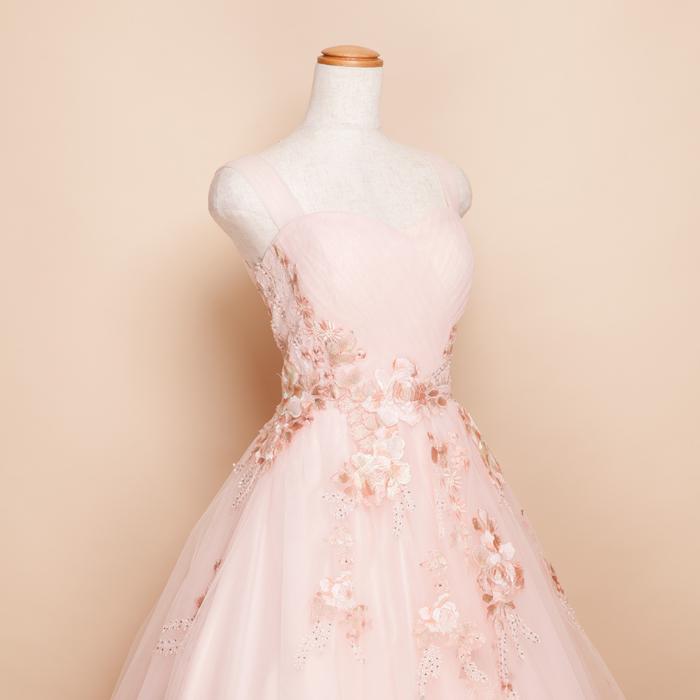 71369fcfa3ed4 こちらのドレス上半身からスカートにフラワーの刺繍が散らされていて、その刺繍糸にペールトーンを使用しているのでピンクのドレスでも大人可愛い印象になるのが  ...